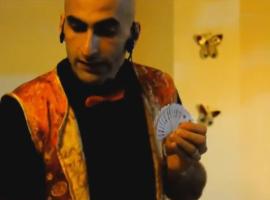 חן הקוסם מלמד קסם מקורים עם קלפים