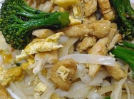 מתכון טעים במיוחד למוקפץ אטריות אורז עם חזה עוף וברוקולית