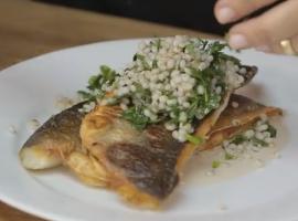 מתכון מרענן של דג דניס צלוי עם עשבי טיבול וטאבולה של גריסי פנינה
