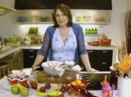 מתכון מעולה לגלידת וניל ודבש טלי סירקיס מדגימה איך לעשות גלידה ביתית טעימה