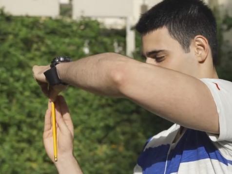 קסמים ואיך עושים אותם: להוציא עפרון מתוך האוזן