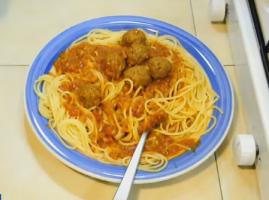 פסטה עם כדורי בשר ברוטב עגבניות - מתכון טעים במיוחד