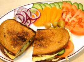 מתכון טעים לסנדוויץ חביתה וירקות.